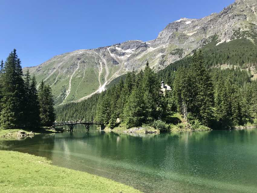 "In Obernberg wandern: Über die Brücke kommst du zur Kapelle ""Maria am See"""