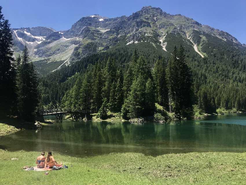 Obernberger See baden mit Bergkulisse