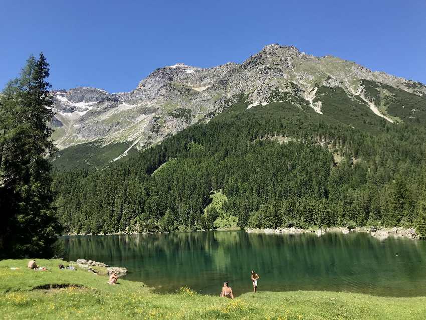 An diesem See in den Alpen baden und schwimmen