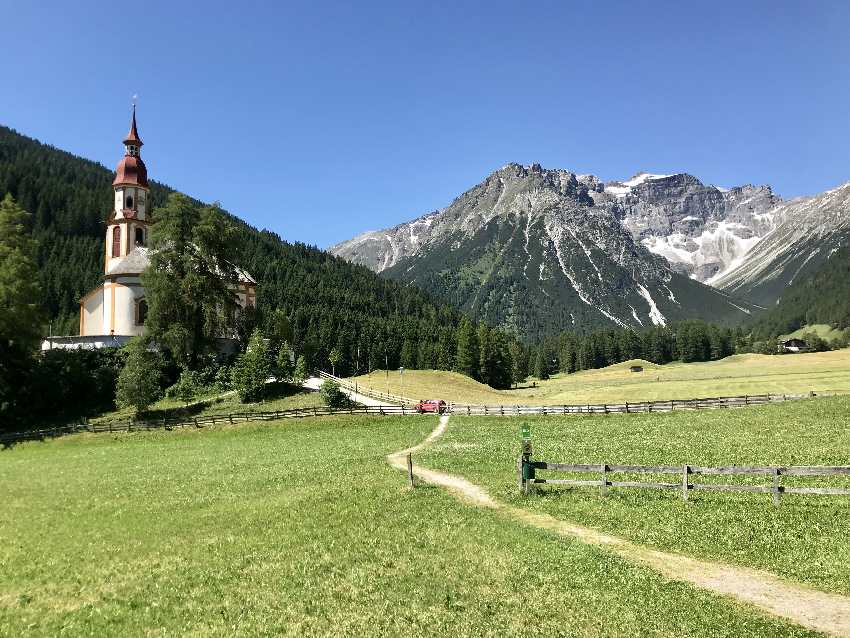 Obernbergtal Tirol mit der Kirche und den Bergen