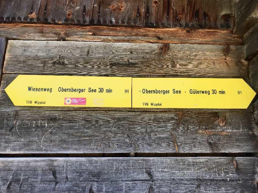 Wandern Obernberg am Brenner: Links über den Wiesenweg, rechts als Kinderwagen Wanderung über den Güterweg