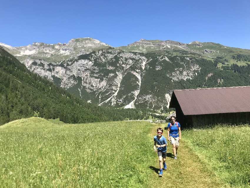 Zum Obernberger See wandern - über die weichen Wiesen