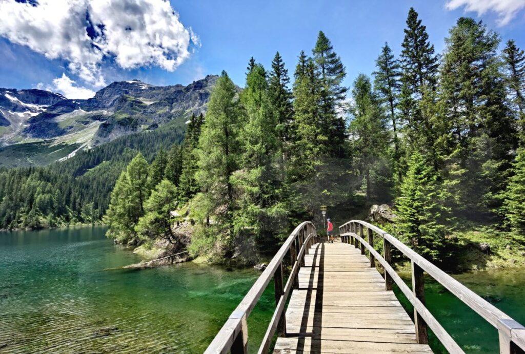 Nach der Schneeschmelze: Die Brücke auf die Insel im Obernberger See