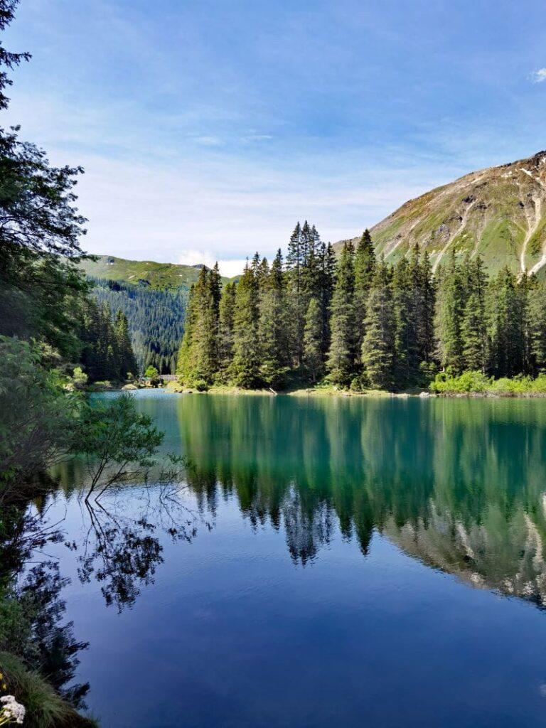 Obernbergersee Tirol - je nach Sonneneinstrahlung wechselt der Bergsee an der Grenze zu Südtirol seine Farbe