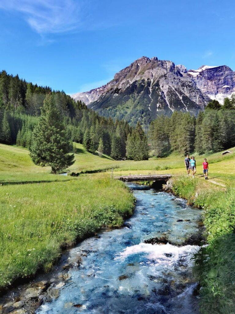 Obernberger Bach - türkisgrünes Wasser umgeben vom Tribulaun am Wiesenweg Obernberg