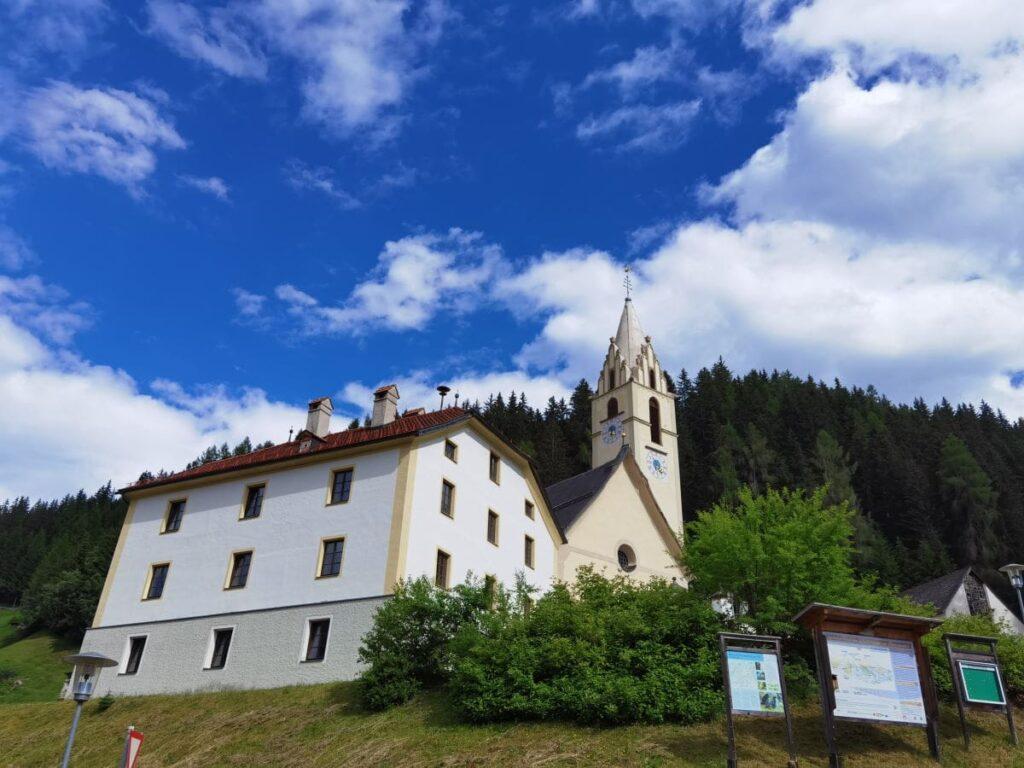 Die Kirche in Vinaders, am Eingang ins Obernbergtal